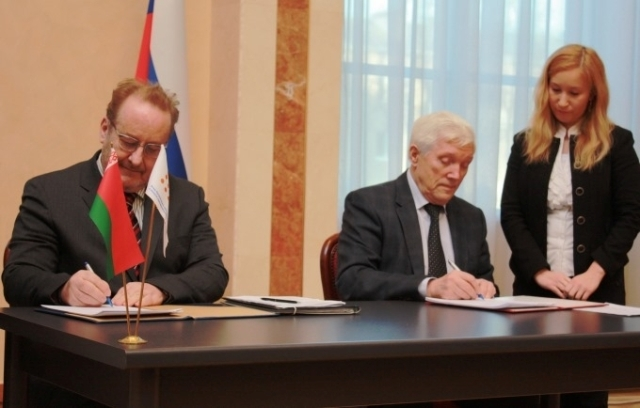 UNFPA Regional Director Heimo Laakkonen (left) and Russian Ambassador Alexander Surikov sign an agreement on providing assistance to Belarus in improving population policies, Minsk, 3 December 2014.